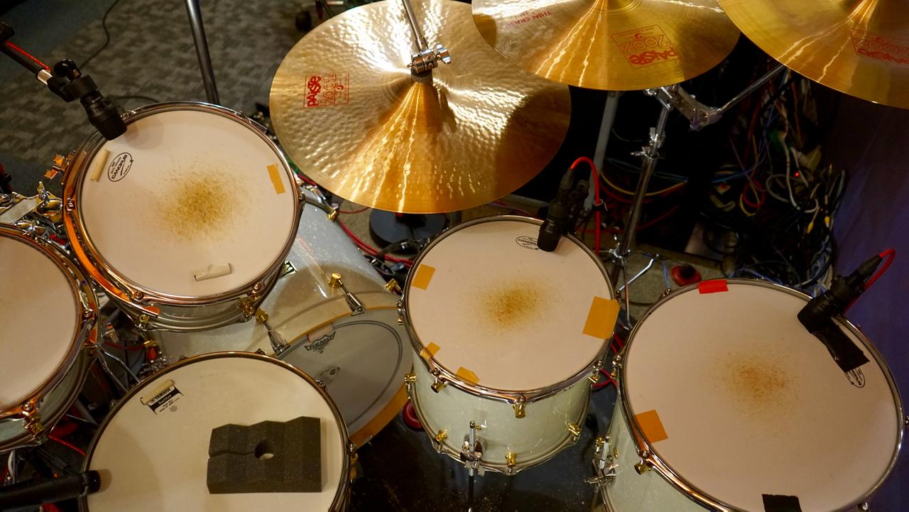 スタッフ H | 鈴木Daichi秀行氏のプライベートスタジオで  濃密すぎるくらいに音楽、音、楽器、アートにまつわる時間を常に過ごしている鈴木Daichi秀行さん。プライベートスタジオに設置されたドラムセットには、どのようなマイクをチョイスしているのでしょう。