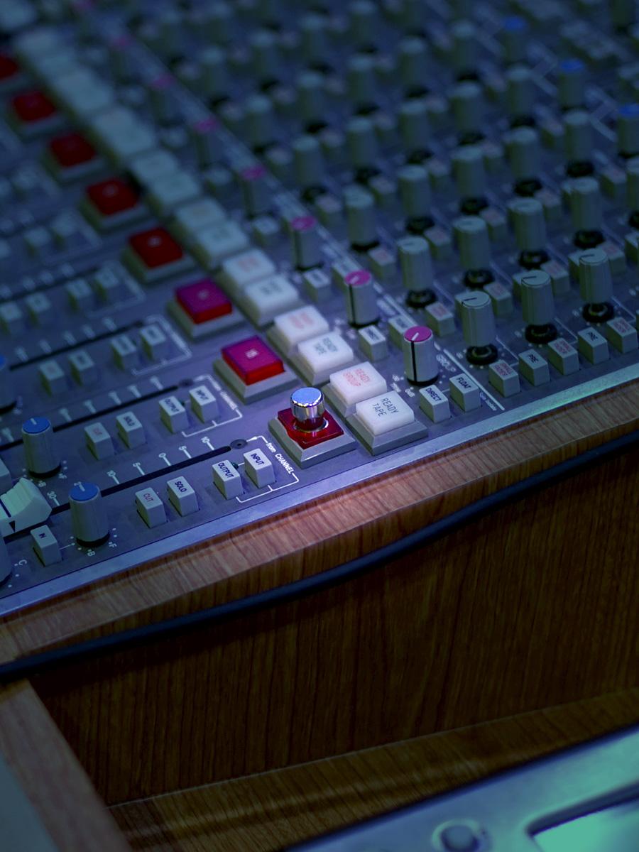 即座にFocus モード切り替えられるよう、スイッチが卓に埋め込まれている。